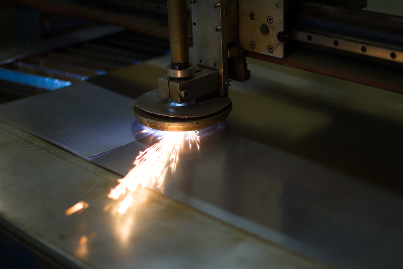 Conheça as diferenças entre os tipos de corte a plasma em chapas de metais